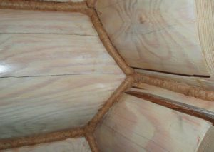 Фото: Конопатка сруба джутом