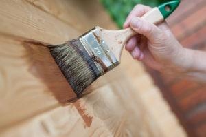 Фото: Обработка дерева противопожарным составом