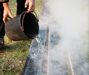 Фото: обработка древесины огнём