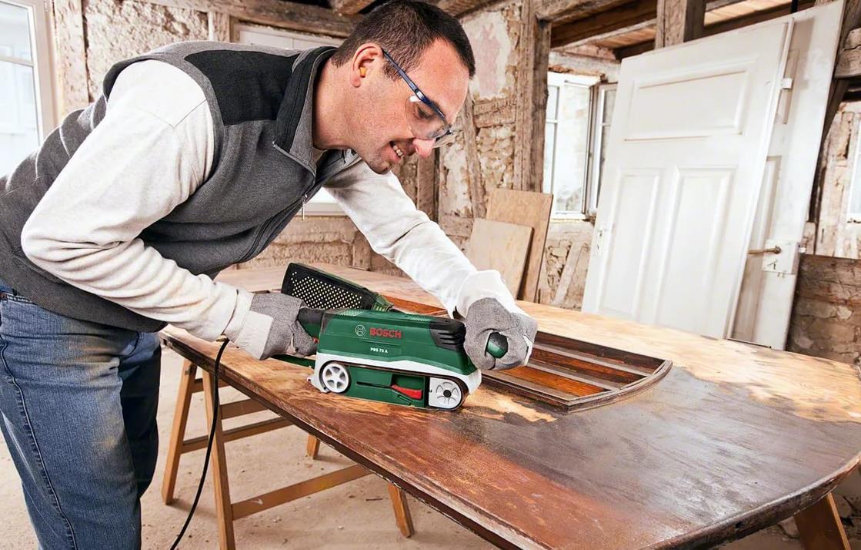 Фото: шлифовка старого покрытия деревянной двери