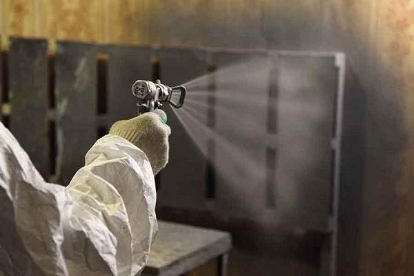 Фото: Обработка из пуверизатора огнезащитным составом