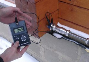 Фото: Измерение влажности древесины влагомиром